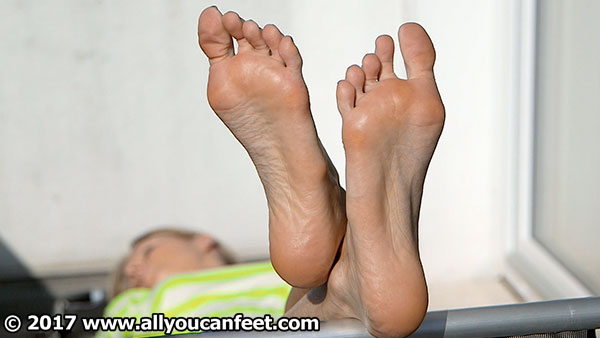 bigger preview pic from set 2223 showing Allyoucanfeet model Joyce