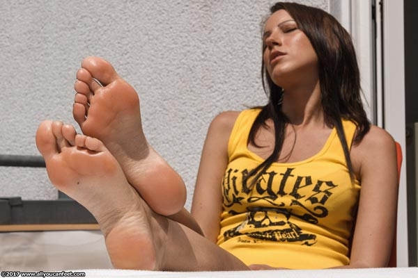 bigger preview pic from set 2225 showing Allyoucanfeet model Sandy