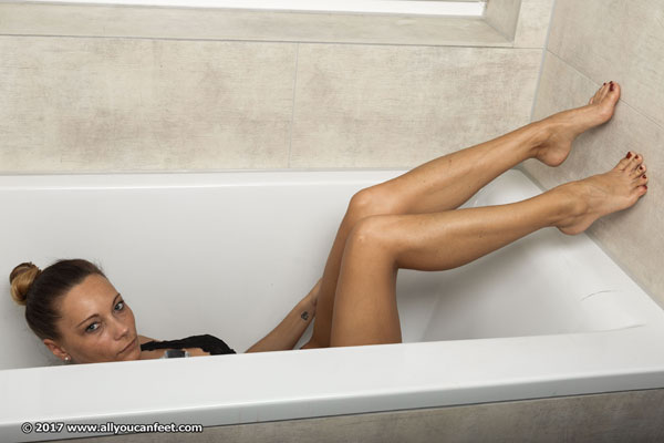 bigger preview pic from set 2226 showing Allyoucanfeet model Alina