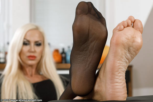 bigger preview pic from set 2261 showing Allyoucanfeet model Leyla - New Model