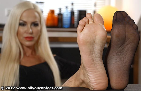 bigger preview pic from set 2262 showing Allyoucanfeet model Leyla