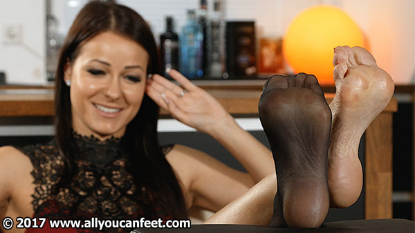 bigger preview pic from set 2281 showing Allyoucanfeet model Victoria
