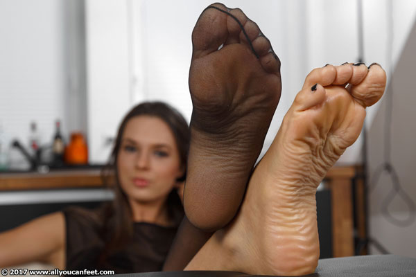 bigger preview pic from set 2289 showing Allyoucanfeet model Nika