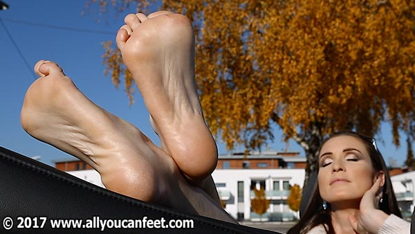 bigger preview pic from set 2296 showing Allyoucanfeet model Avery