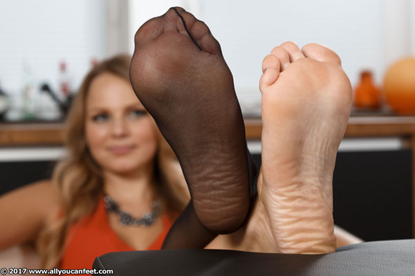 bigger preview pic from set 2318 showing Allyoucanfeet model Joan