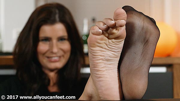 bigger preview pic from set 2327 showing Allyoucanfeet model Nelly