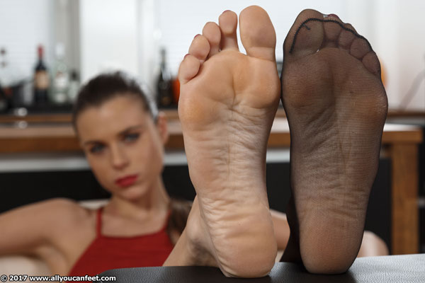 bigger preview pic from set 2352 showing Allyoucanfeet model Aleksa