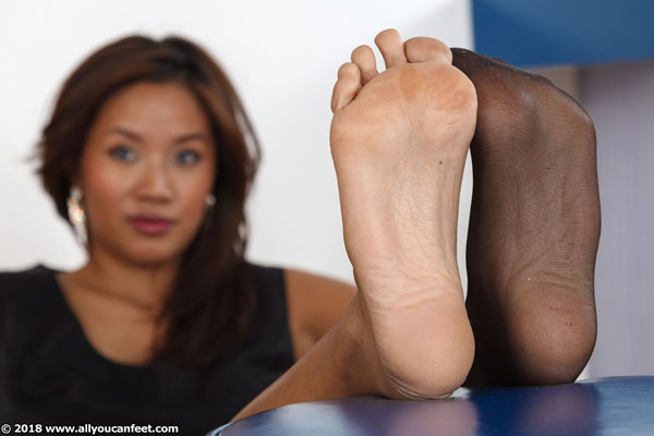 bigger preview pic from set 2357 showing Allyoucanfeet model Maxine