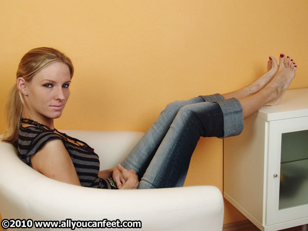 bigger preview pic from set 237 showing Allyoucanfeet model Joyce