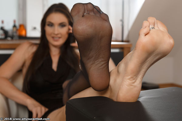 bigger preview pic from set 2376 showing Allyoucanfeet model Avery