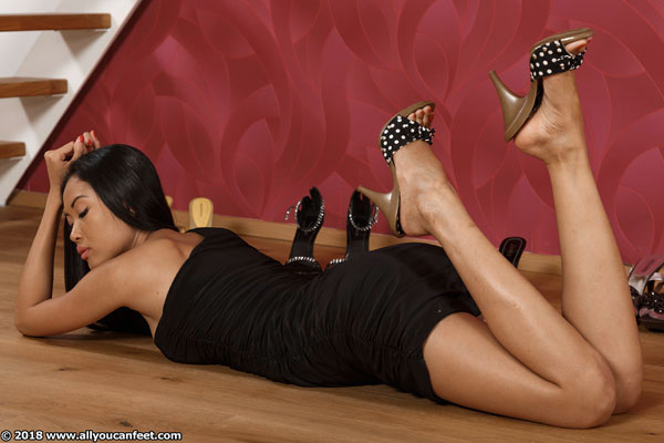 bigger preview pic from set 2418 showing Allyoucanfeet model Dani