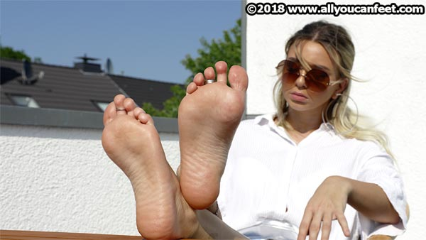bigger preview pic from set 2452 showing Allyoucanfeet model Luan