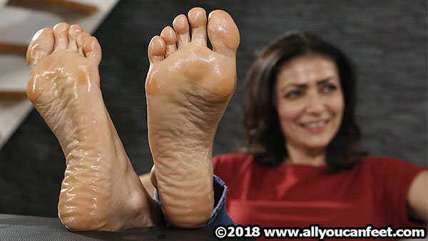 bigger preview pic from set 2461 showing Allyoucanfeet model Escada