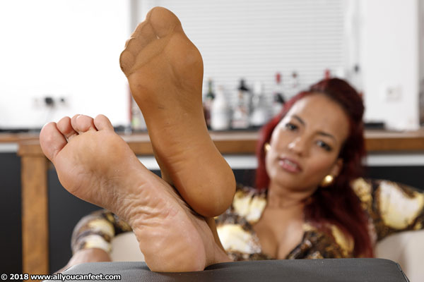 bigger preview pic from set 2463 showing Allyoucanfeet model Siley