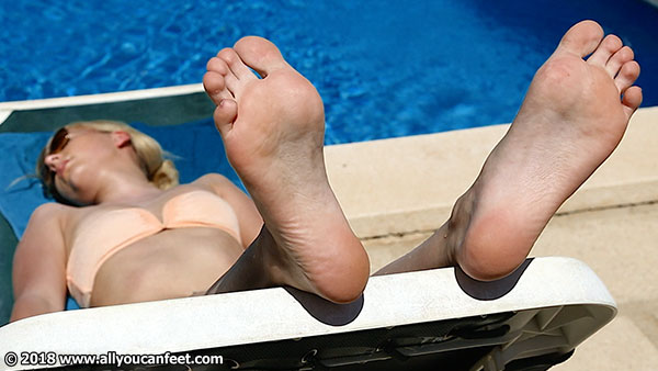bigger preview pic from set 2464 showing Allyoucanfeet model Emmi