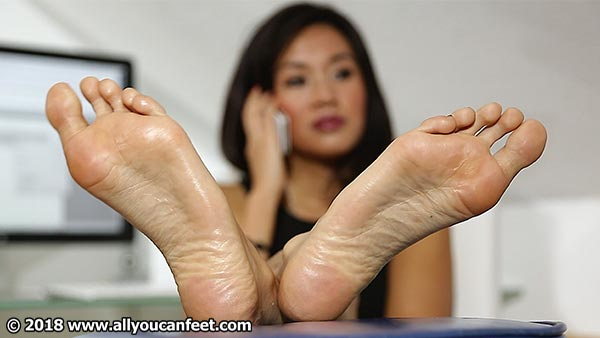 bigger preview pic from set 2468 showing Allyoucanfeet model Maxine