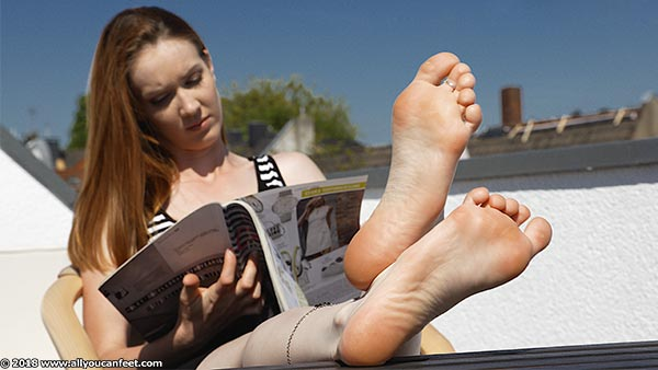 bigger preview pic from set 2470 showing Allyoucanfeet model Sam