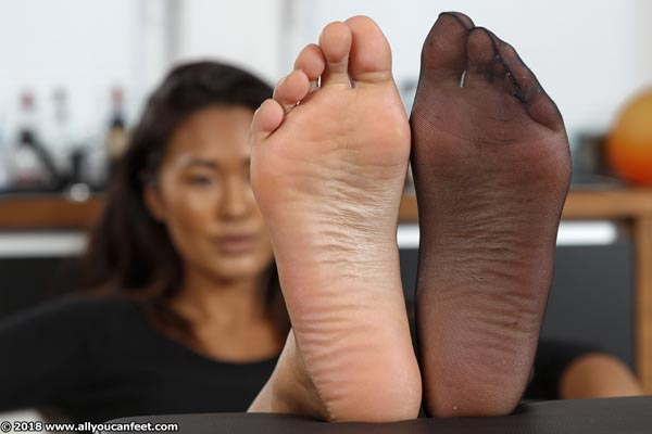 bigger preview pic from set 2483 showing Allyoucanfeet model Ella