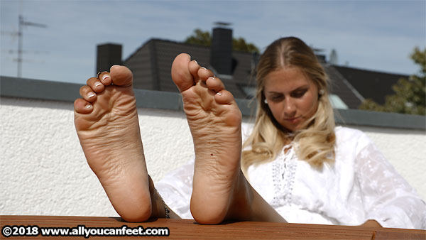 bigger preview pic from set 2510 showing Allyoucanfeet model Terry