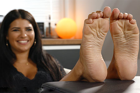 small preview pic number 4 from set 2519 showing Allyoucanfeet model Laurie
