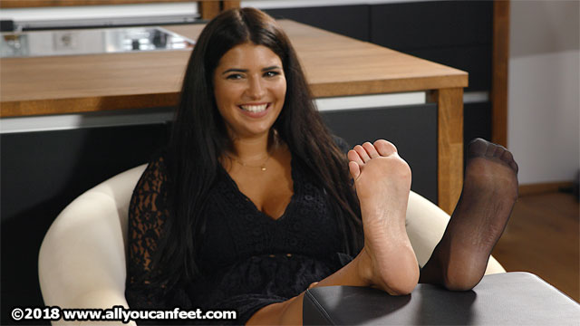 bigger preview pic from set 2519 showing Allyoucanfeet model Laurie