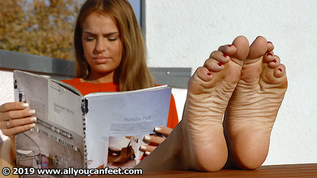 bigger preview pic from set 2523 showing Allyoucanfeet model Claire