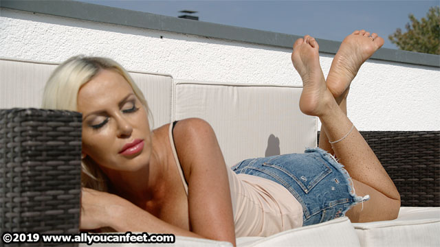 bigger preview pic from set 2527 showing Allyoucanfeet model Leyla