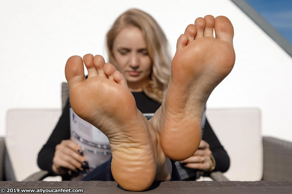 bigger preview pic from set 2529 showing Allyoucanfeet model Emilia