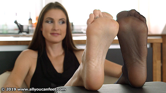 bigger preview pic from set 2536 showing Allyoucanfeet model Avery
