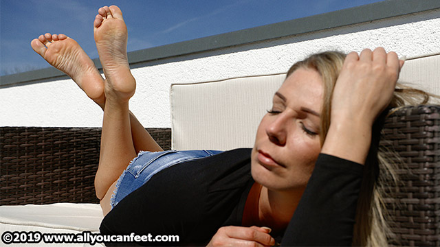 bigger preview pic from set 2546 showing Allyoucanfeet model Tanya