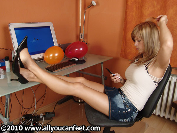 bigger preview pic from set 349 showing Allyoucanfeet model Karine