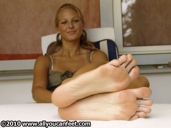 bigger preview pic from set 401 showing Allyoucanfeet model Caro
