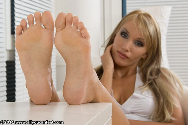 bigger preview pic from set 481 showing Allyoucanfeet model Diana