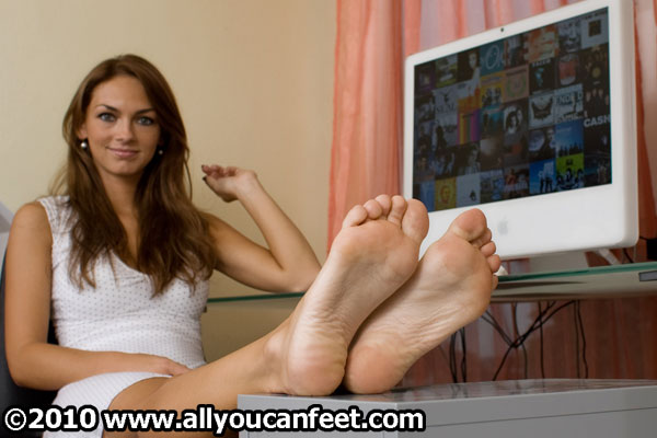 bigger preview pic from set 544 showing Allyoucanfeet model Tara