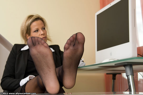 bigger preview pic from set 576 showing Allyoucanfeet model Nina