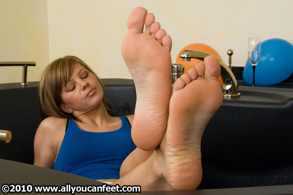 bigger preview pic from set 580 showing Allyoucanfeet model Karine