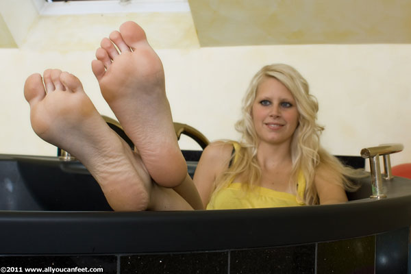 bigger preview pic from set 623 showing Allyoucanfeet model Isi