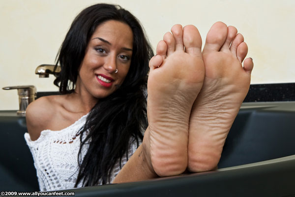 bigger preview pic from set 732 showing Allyoucanfeet model Vizzy