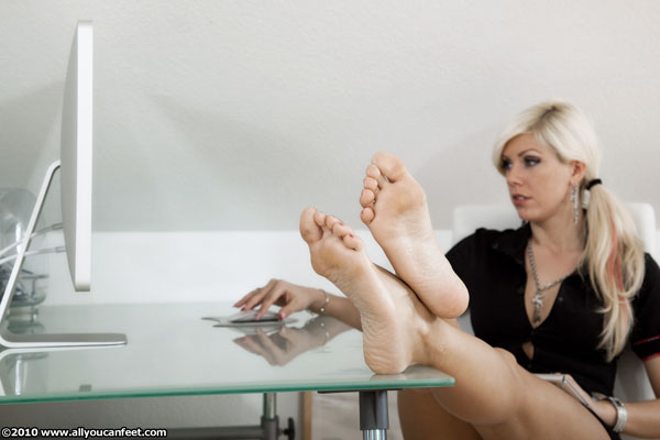 bigger preview pic from set 776 showing Allyoucanfeet model Luna
