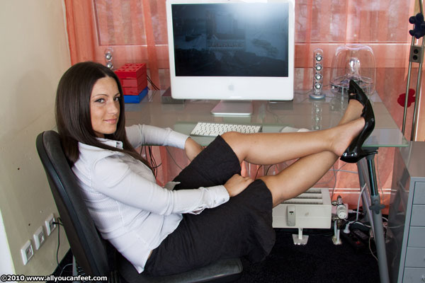 bigger preview pic from set 786 showing Allyoucanfeet model Mia