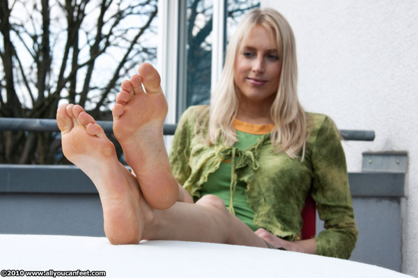 bigger preview pic from set 788 showing Allyoucanfeet model Miri
