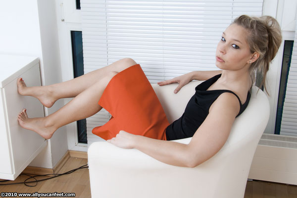 bigger preview pic from set 797 showing Allyoucanfeet model Sarah