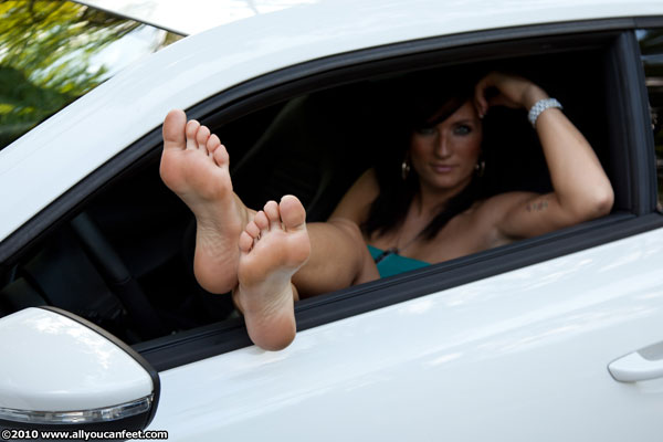 bigger preview pic from set 827 showing Allyoucanfeet model Gina