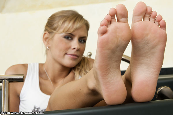 bigger preview pic from set 901 showing Allyoucanfeet model Amira
