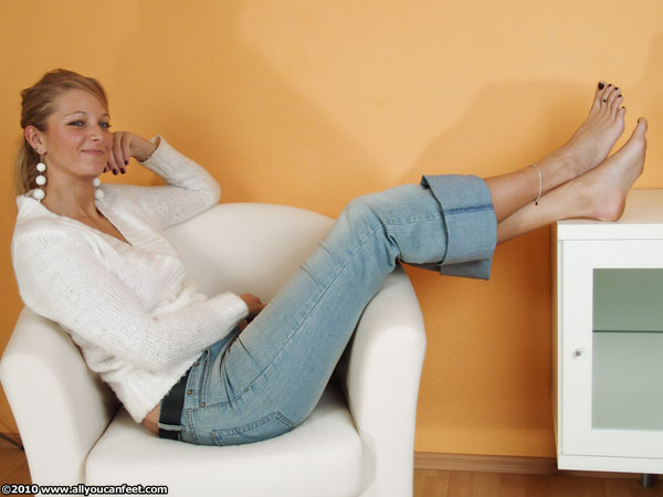 bigger preview pic from set 917 showing Allyoucanfeet model Caro