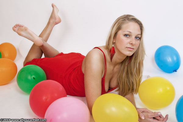 bigger preview pic from set 918 showing Allyoucanfeet model Caro