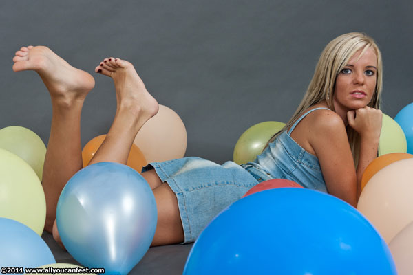bigger preview pic from set 964 showing Allyoucanfeet model Jolina