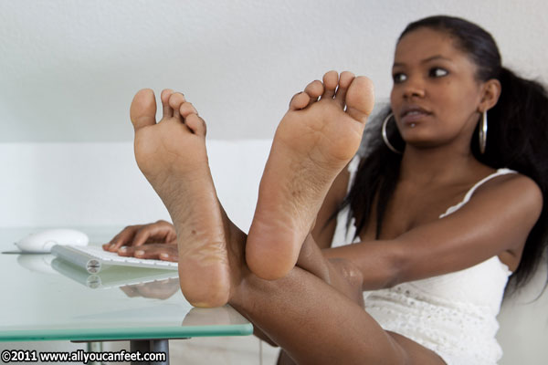 bigger preview pic from set 973 showing Allyoucanfeet model Naomi
