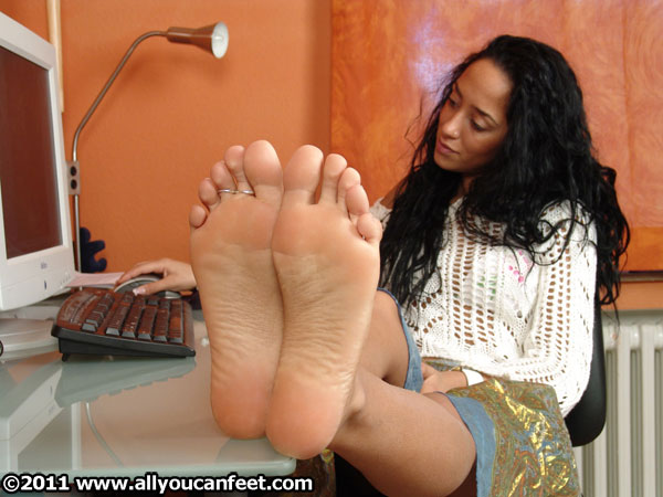 bigger preview pic from set 98 showing Allyoucanfeet model Vizzy
